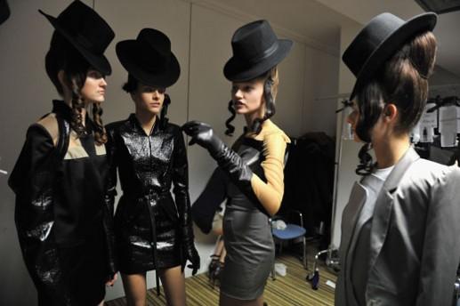 דוגמניות עם שטריימל ופאות בשבוע האופנה של מוסקבה