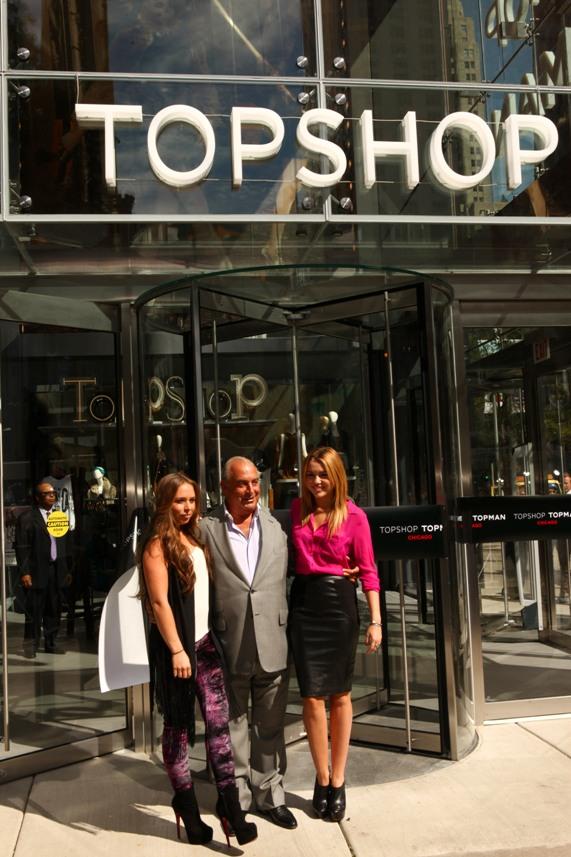 סר פיליפ גרין ובתו קלואי עם מיילי סיירוס בפתיחת חנות חדשה של טופשופ בשיקגו לפני חודשיים | צילום: גטי אימג'ס