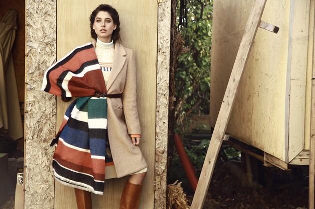 שמלה: רנואר, מעיל: קסטרו, צעיף: זארה, מגפיים: לוני וינטג׳ (צילום: טל עבודי)