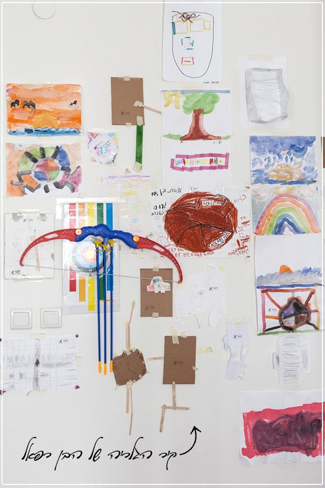 כל קירות הבית לבנים. מלבד קיר הגלריה של הבן (צילום: רותם רייצ'ל חן)