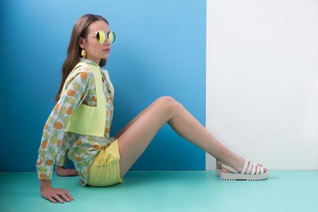 חולצת אננסים: בוטיק דניאלה מכנסונים ווסט: לילהמיסט, משקפיים: A+, סנדלים: סטורי, עגילים: רוני קנטור, תיק: ספרינג. סטיילינג: לירון עציון (צילום: שי יחזקאל)