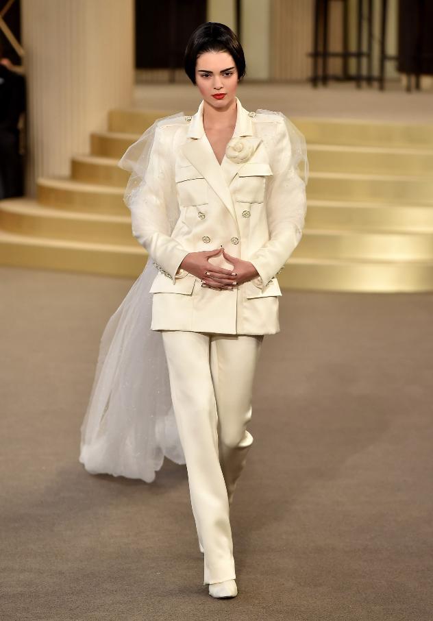 הכלה של שאנל לבשה חליפה. קנדל ג'אנר צועדת בגאווה על המסלול (צילום: גטי אימג'ס)