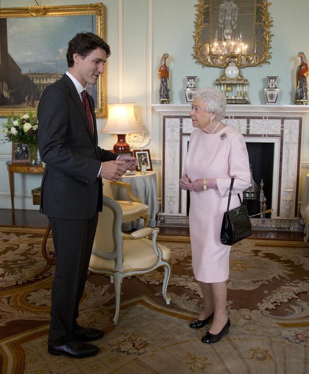 עם המלכה אליזבת. לבוש בשיא הסטייל (צילום: גטי אימג'ס)