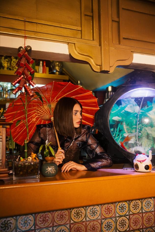 חולצה: רנואר, שמלה: קסטרו, מטרייה: אוסף פרטי (צילום: רותן לבל)
