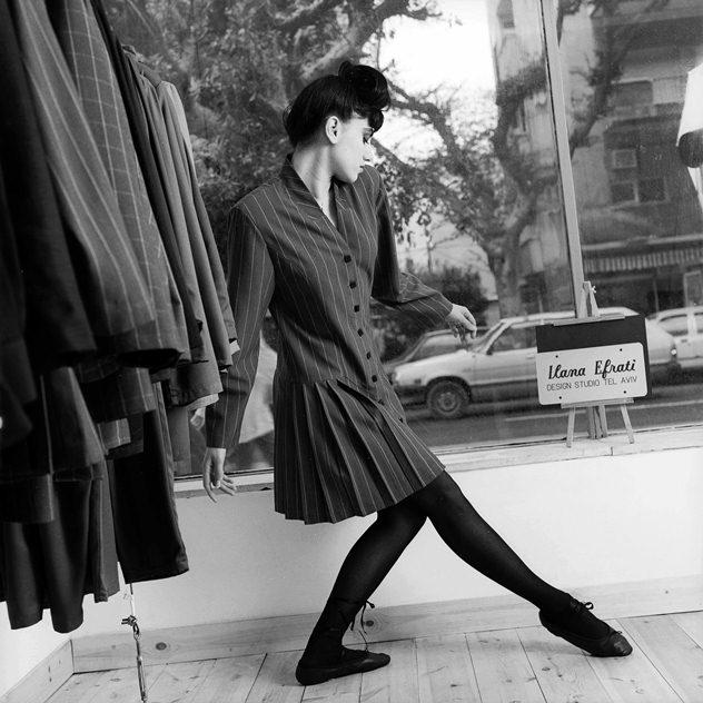 רונית אלקבץ בעבודת דומגנות בשנות השמונים למעצבת אילנה אפרתי (צילום: מירי דוידוביץ')