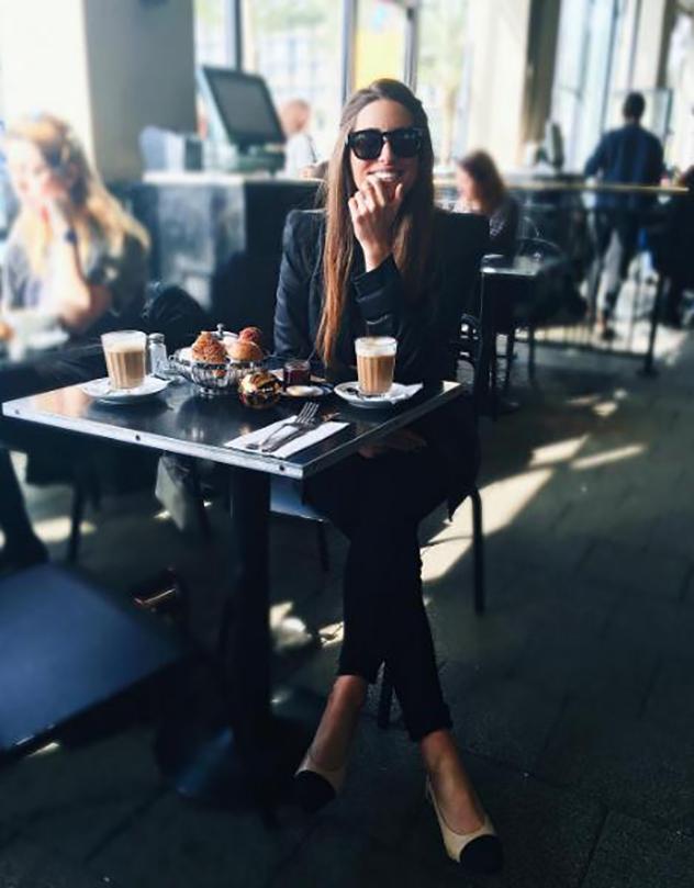 אפילו הקפה של הבוקר נראה כמו הפקת אופנה קטנה (צילום: אינטסגרם)