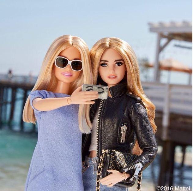 כמובן שהיא עושה סלפי. ברבי קיארה החדשה (מימין), עם ברבי בלוגרית האופנה (צילום: אינסטגרם barbiestyle)