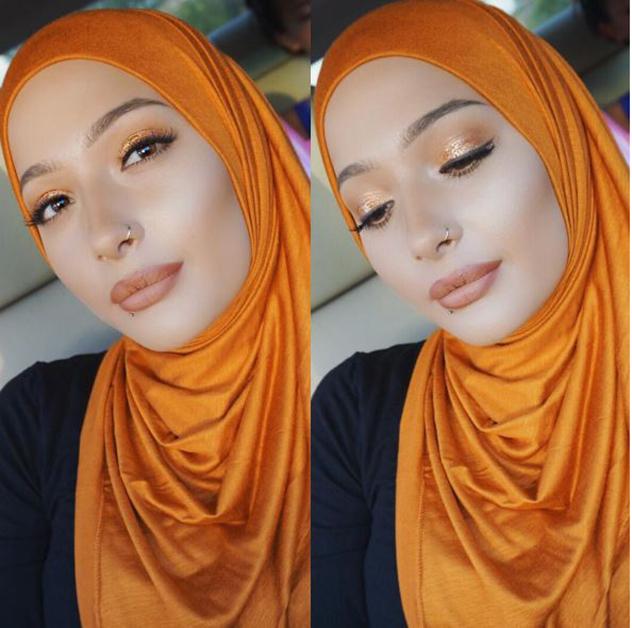 מתאימה את השפתון לחיג'אב (צילום: אינסטגרם Nura Afia)