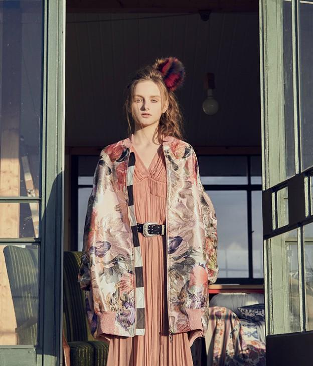 ז'קט: ניל ברוש, שמלה: נומרו13, חגורה: H&M, פונפון: עמנואל
