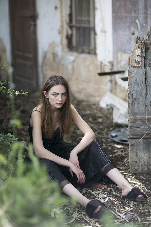 שמלה: קסטרו, חצאית כסופה: נומרו 13, מחוך: סטרדיווריוס, נעליים: אלדו