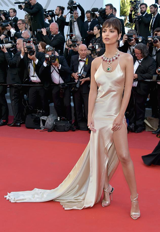 אמילי רטאייקאוסקי במחווה לסופיה לורן (צילום: Pascal Le Segretain/Getty Images)