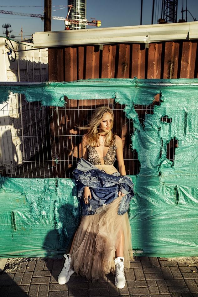 סטיילינג: ויולה מקס, שמלה: אלגבי אנד קים, ז'קט, צ'וקר  וטבעות: פול אנד בר, נעליים ריהאנהXפנטי לפומה