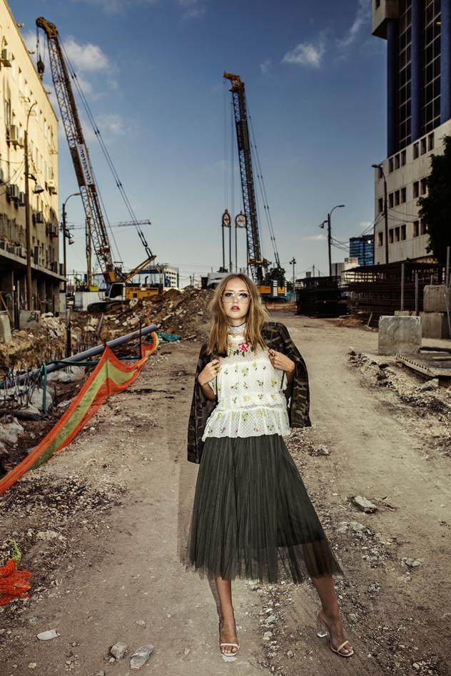 סטיילינג: דריה מק, חולצה: זארה, חצאית: מליכה, ז'קט: פול אנד בר, שרשרת: אלדו, נעליים: h&m, משקפיים:  giant vintage