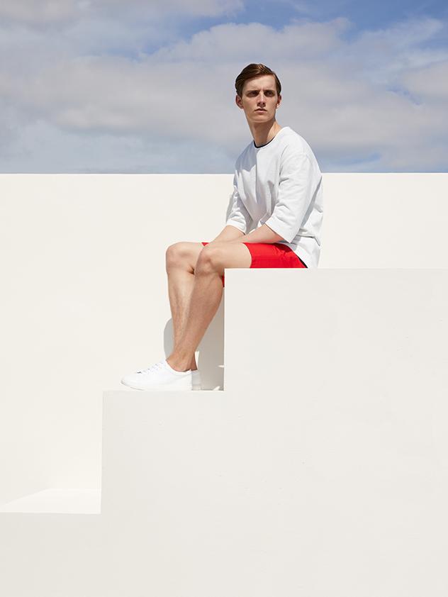 צריך לדעת איך להתלבש לחופשה. מתוך הקטלוג של COS (צילום: יחצ)