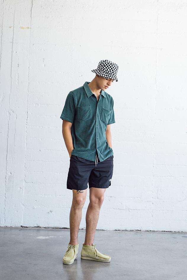 להתלבש כאילו אתה בחופשה, אבל בלי להגזים. STUSSY (צילום: יחצ)