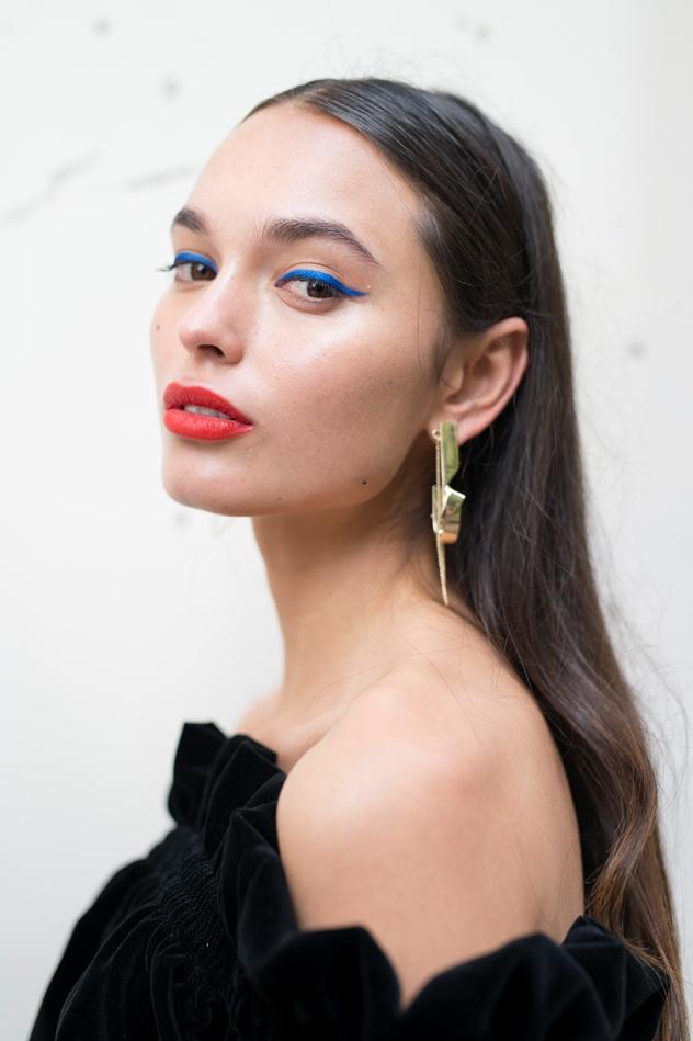 """על האיפור: אייליינר כחול ושפתיים באדום-כתום (צילום: יח""""צ גליה להב)"""
