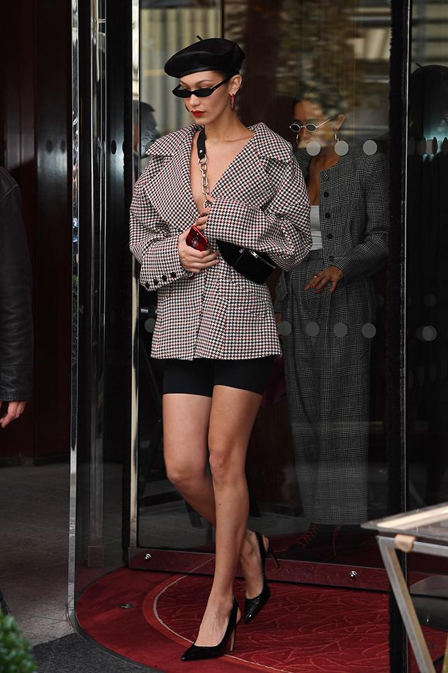 בלה חדיד מעודכנת בברט בשבוע האופנה בפריז (צילם: splash)