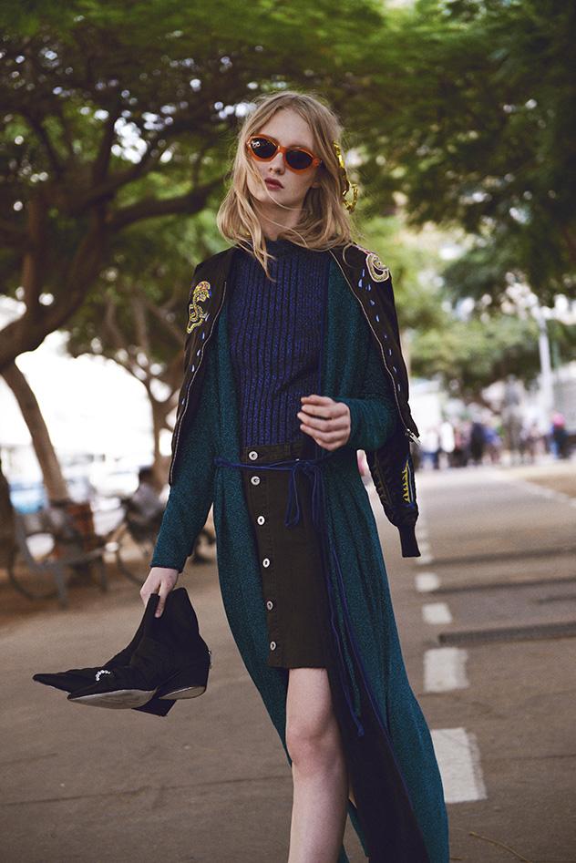 סוודר: H&M, קרדיגן: זארה, חצאית: קסטרו, ג'קט: דיזל, נעליים: זארה, משקפיים: ורסאצ'ה  (צילום: ערן לוי)