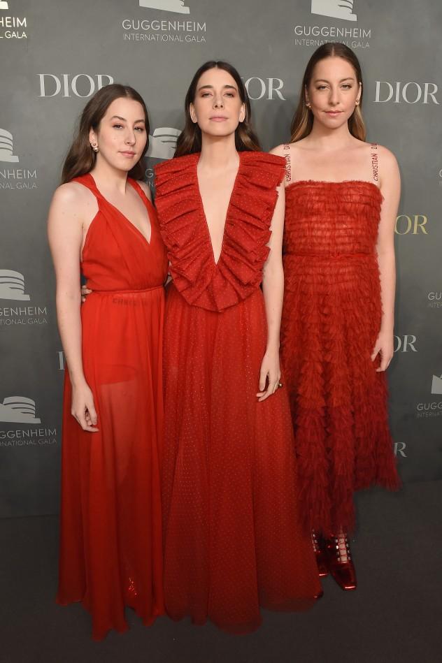 האחיות חיים הולכות עד הקצה עם שמלות מרהיבות של דיור (צילום: Nicholas Hunt; Getty Images)