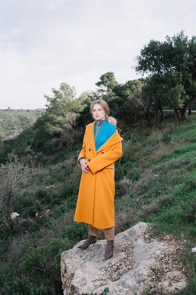 מכנסיים וג'קט כחול: מארק קיין, חולצה כסופה: עדיקה, מעיל כתום ונעליים: זארה (צילום: הדס וליאור)