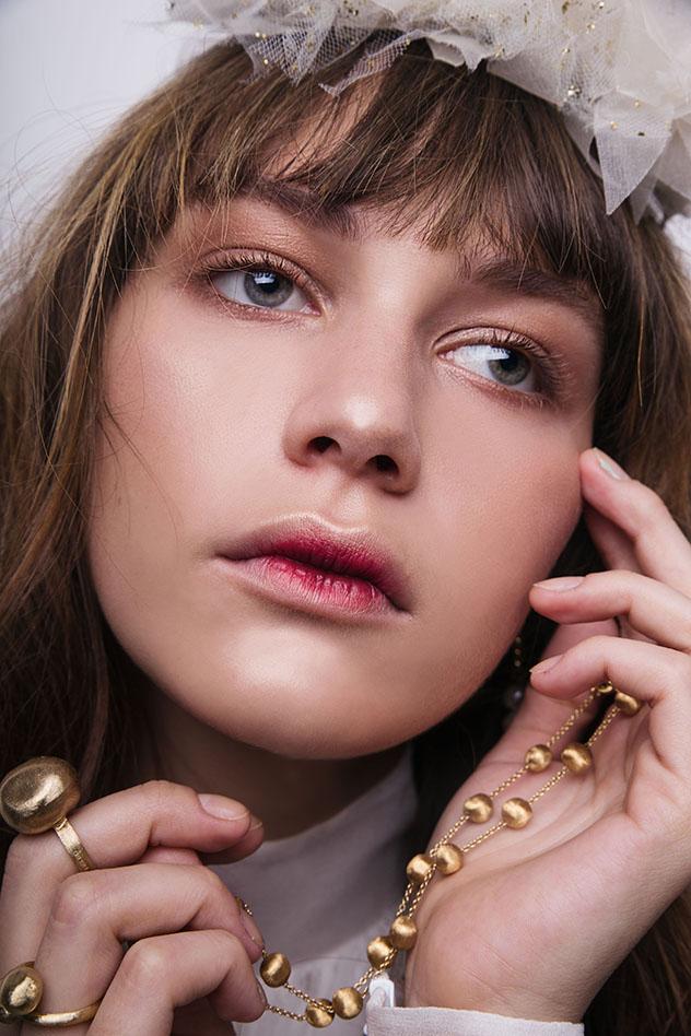 איפור: לוריאל, מוצרי שיער: Amika, שרשרת וטבעות: תכשיטי מילר, שמלה: אביתר מיור , קשת לשיער: תמי בר לב