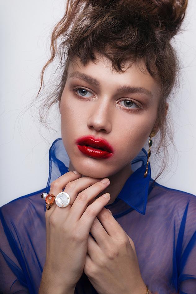 מוצרי איפור: Felleza.com, מוצרי שיער: Amika, תכשיטים: TOUS, שמלה: שחר אבנט