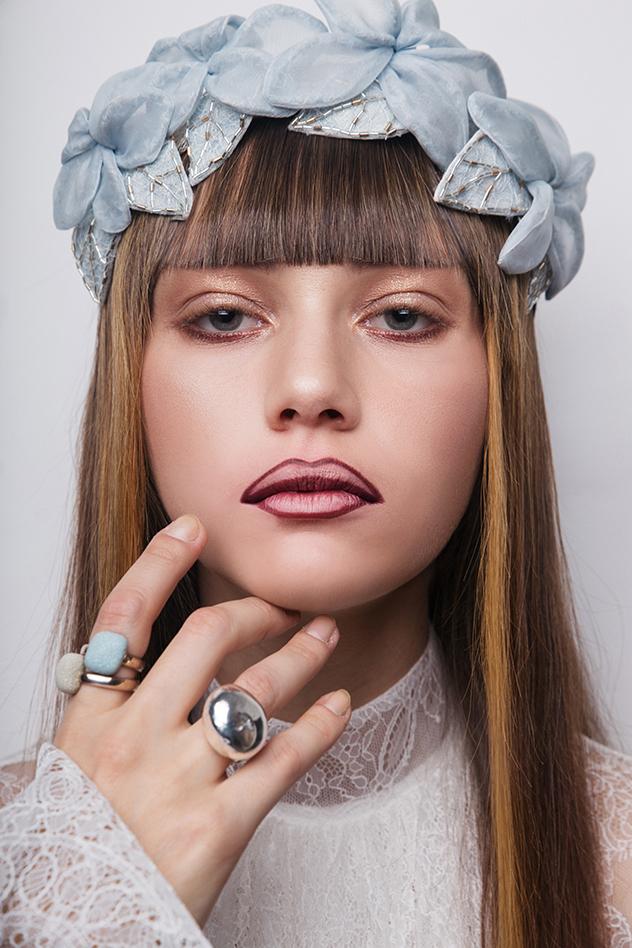 מוצרי איפור: בובי בראון, מוצרי שיער: Amika, קשת לשיער: תמי בר לב, שתי טבעות יחד: תכשיטי מילר, טבעת כסופה גדולה: TOUS שמלה-אביתר מיור