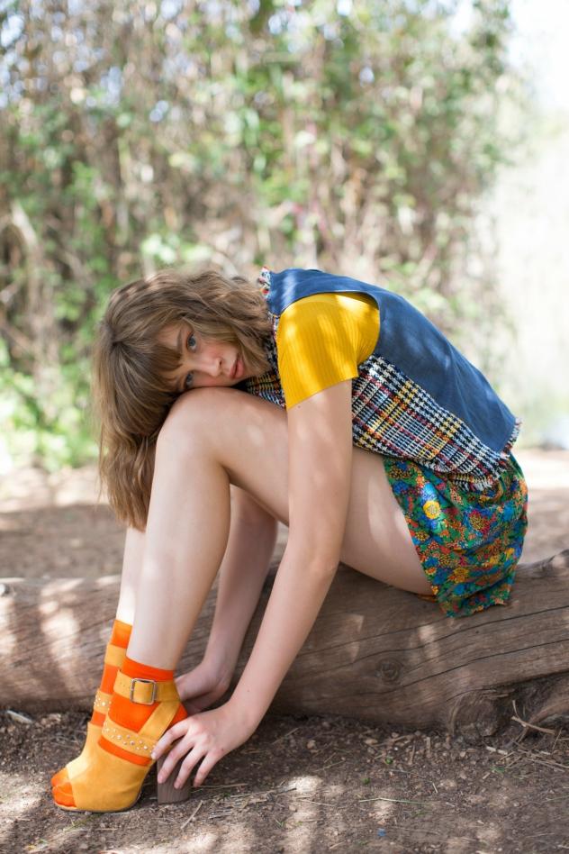חולצה צהובה: רנואר, גופייה: זארה, מכנסיים: Atelier barn לנומרו 13, נעליים: call it spring
