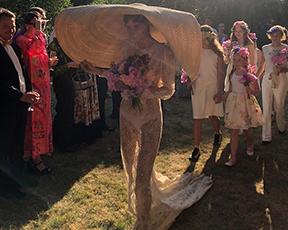 הדוגמנית התחתנה בשמלת כלה שקופה וכובע עצום במקום הינומה