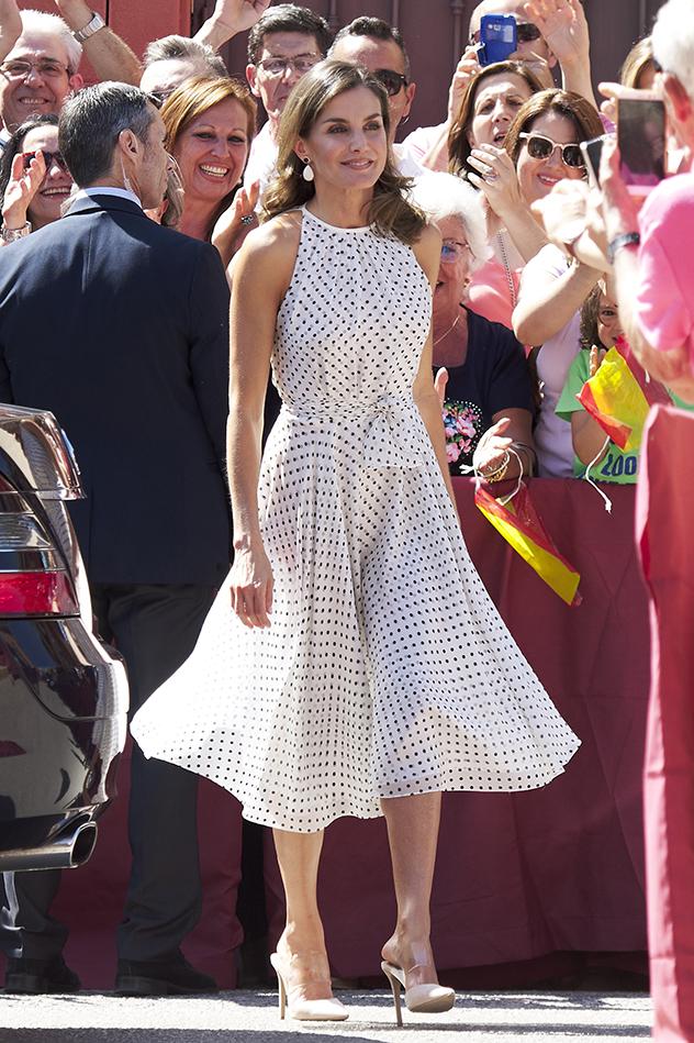 שמלה של קרולינה הררה ונעליים מהקניון (צילום: Carlos Alvarez/Getty Images)