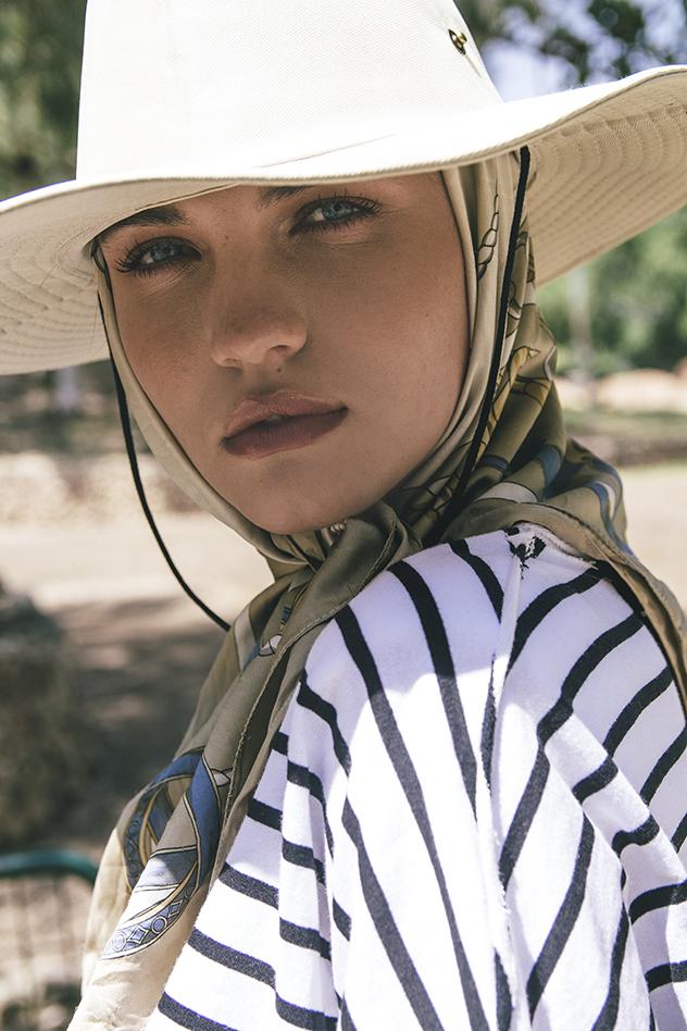 חולצה: Style4rent, כובע: למטייל, מטפחת: אוסף פרטי