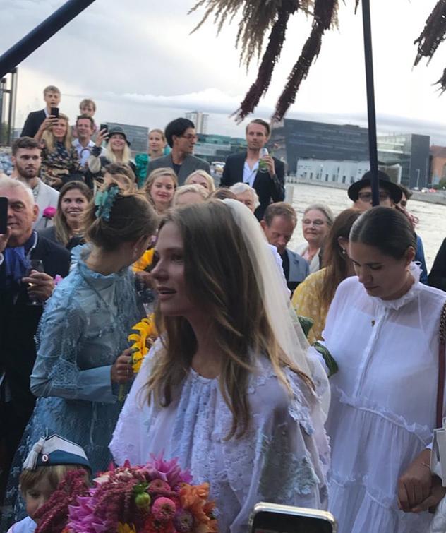 אל החתונה הגיעה ברשה בסירה קטנה (צילום: Caroline Brasch לאינסטגרם)