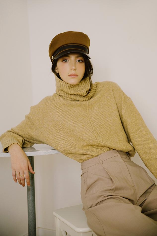 סריג גולף וכובע: H&M, מכנסיים: לה קווינטה בוטיק עכו. סטיילינג: ררדה ארנאוט