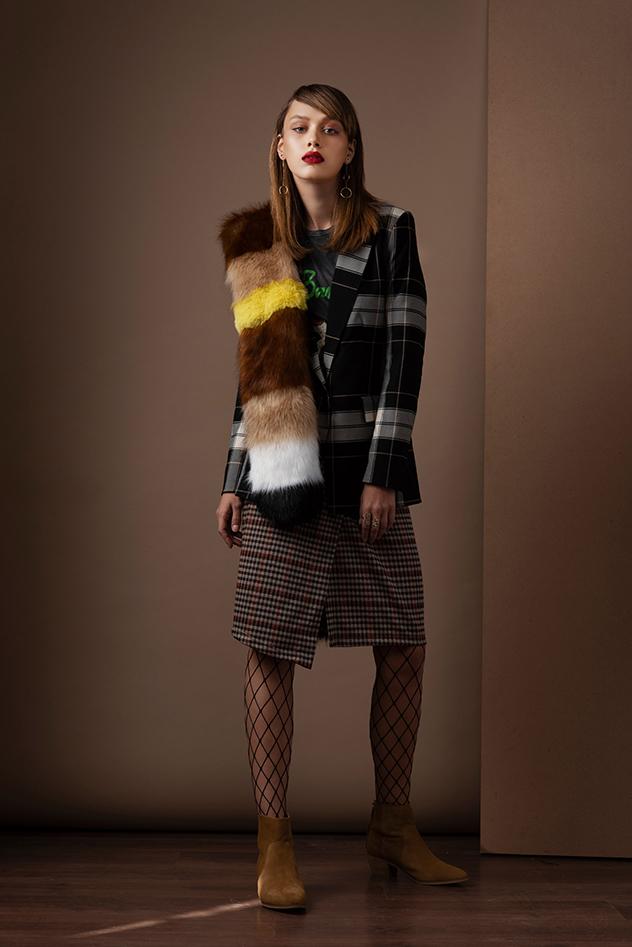 חולצה: זארה' ז'קט: H&M, צעיף: סטרדיווריוס, חצאית: Pull&Bear, נעליים: Seventy Nine  ל-WeShoes, טבעות ועגילים: ה. שטרן