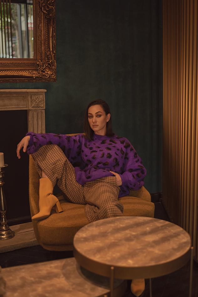 סריג ומכנסיים: הלנה, נעליים: אוסף פרטי, עגילים: Pandora