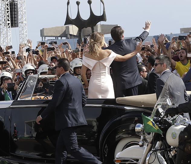 מבט אחורי על השמלה (צילום: AP Photo/Andre Penner)