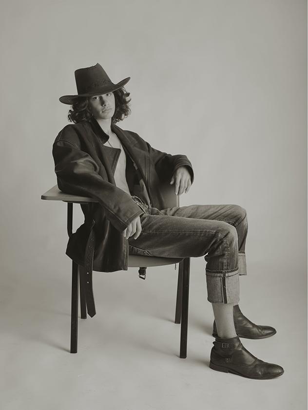 """צילום: ריקי חיימון, סטיילינג: זינאב חסן, כובע: דני בר-שי """"הכל דבש"""", מעיל: פולו ראלף-לורן"""