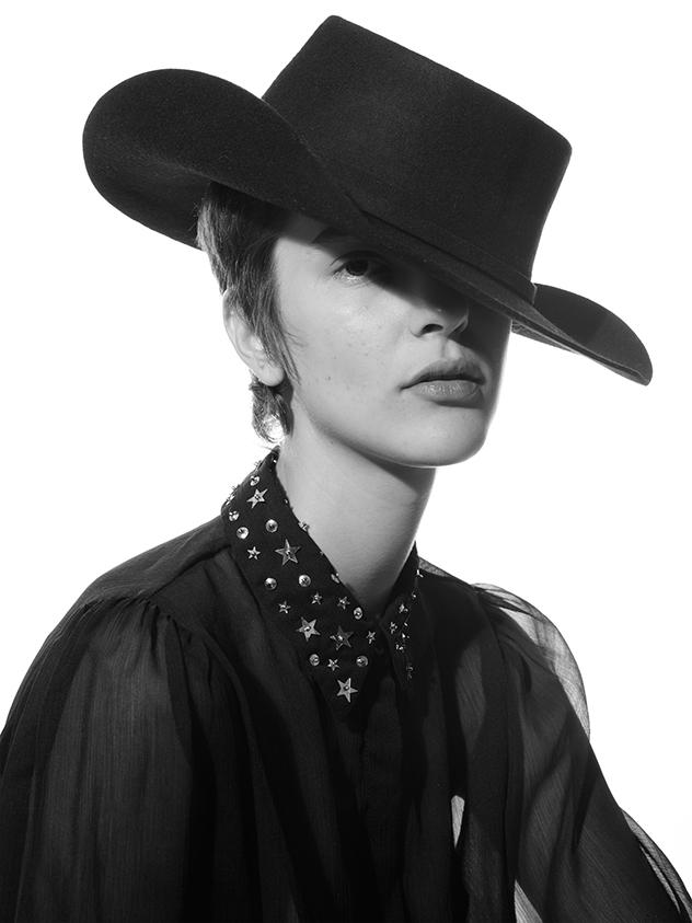 צילום: עדי שנפיק, סטיילינג: לישי ברילמן, כובע: דיסקווארד ל-Factory54, חולצה: טופ שופ