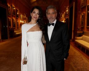חתונה שניה? אמאל קלוני מגיעה לארמון בשמלה מרהיבה