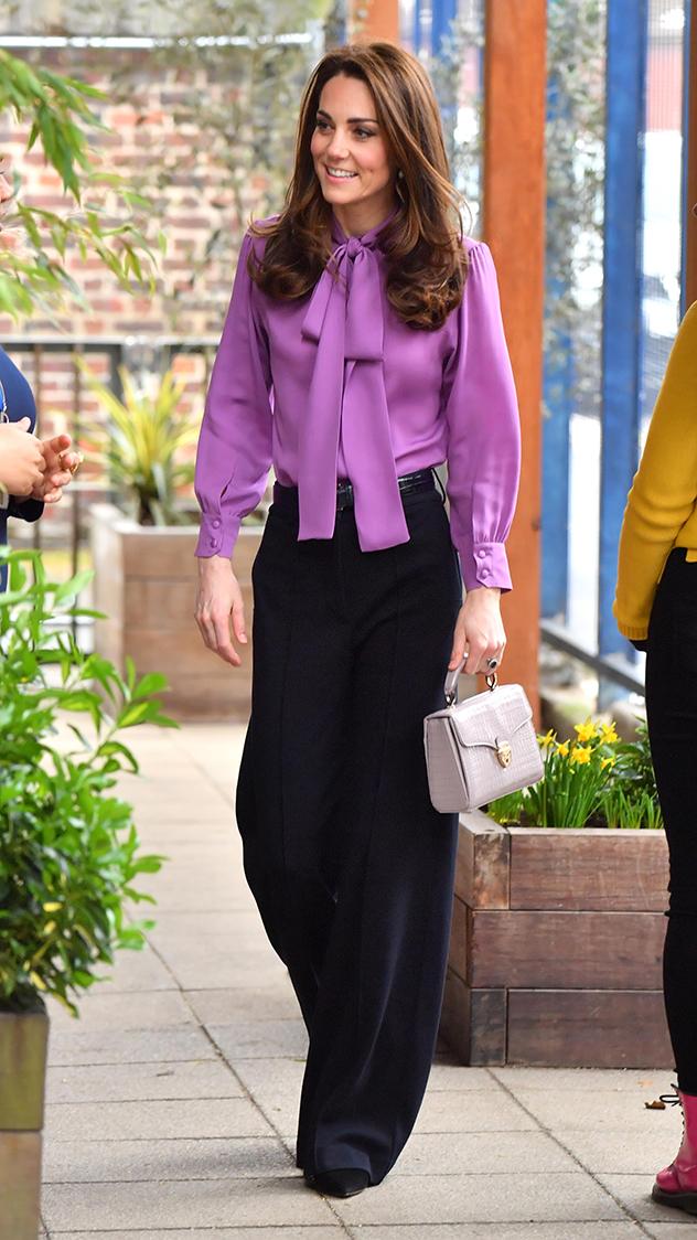 קייט לבושה ממש כמונו עם מכנסיים וחולצה (צילום:  Arthur Edwards לגטי אימג'ס)