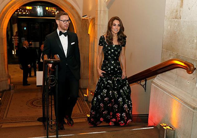 כל הכבוד לה שהיא מצליחה ללכת עם השמלה (צילום: John Sibley לגטי אימג'ס)