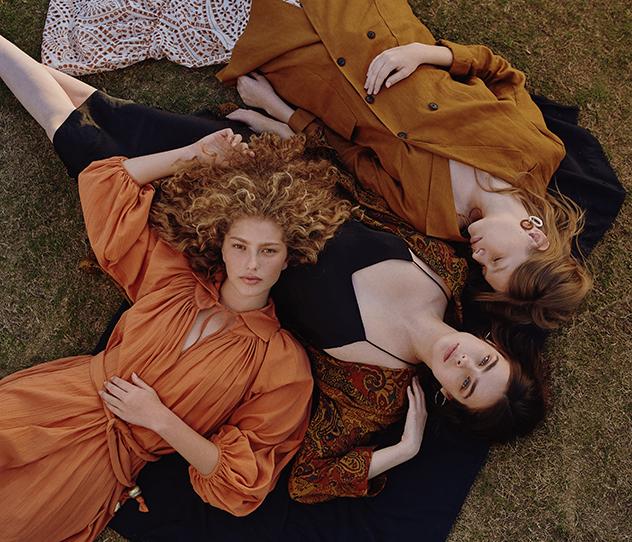 סופיה - ז׳קט: אמריקן וינטג', חצאית: ליסה מארי פרננדז לבוטיק Amor, עגילים: טופטן. אביטל - שמלה: אמריקן וינטג', ז׳קט: זארה, עגילים: אלדו, דורית - ליסה מארי פרננדז לבוטיק Amor