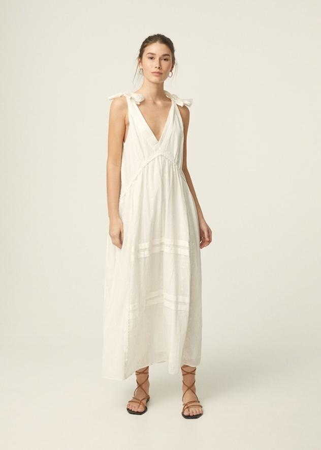 """אין על שמלה לבנה. 349 שקלים ב-MANGO (צילום: יח""""צ)"""