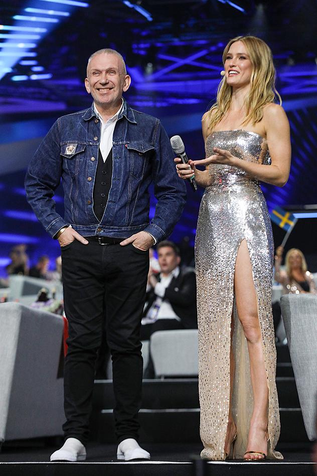 לובשת גליה להב, מפטפטת עם גוטייה (צילום: Guy Prives/Getty Images)