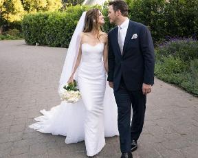 בשמלה יפהפייה של ארמני: בתו של ארנולד שוורצנגר נישאה לכריס פראט