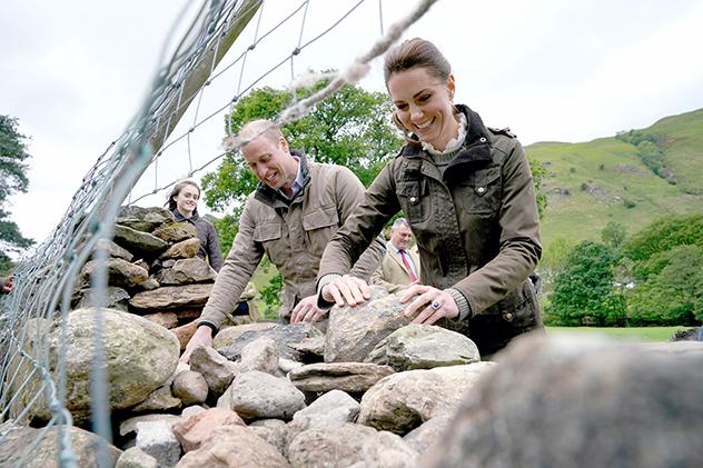 עוזרת בבניית החומה (צילום:  Owen Humphreys לגטי אימג'ס)