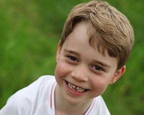 בחיוך חסר שיניים וחולצת כדורגל: נסיך אנגליה חוגג יום הולדת