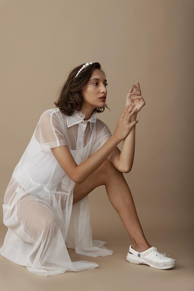 סטיילינג: טינה קילדזה. שמלה: דורין פרנקפורט, בגד גוף: Pull&Bear, תכשיטים: נטלי גדייב