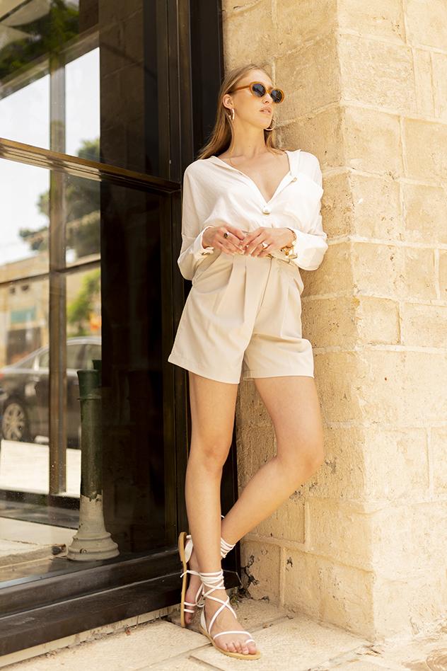 סטיילינג: לי גורן. חולצה: זארה, מכנסיים: אדיקט, משקפיים: oliver peoples, תכשיטים: mayu jewelry, סנדלים: D'oro