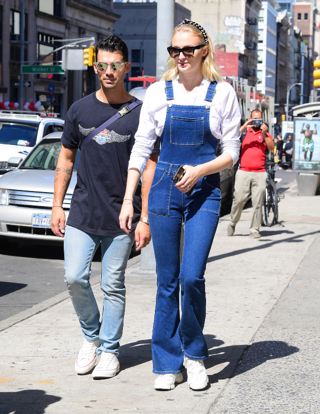 עממית וחמודה. סופי טרנר וג'ו ג'ונאס בסיבוב בניו יורק (צילום: Splash News)